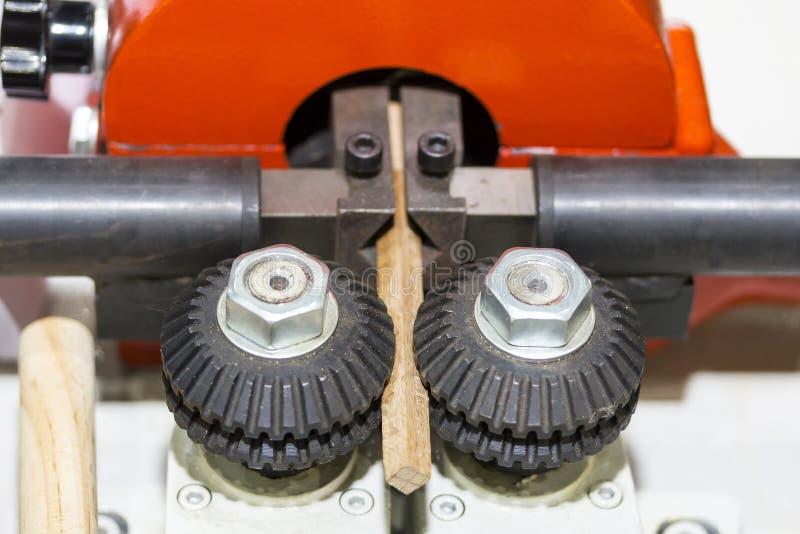 Fim acima do sistema do alimentador do rolo de máquina automática do woodworking para industrial na fábrica foto de stock