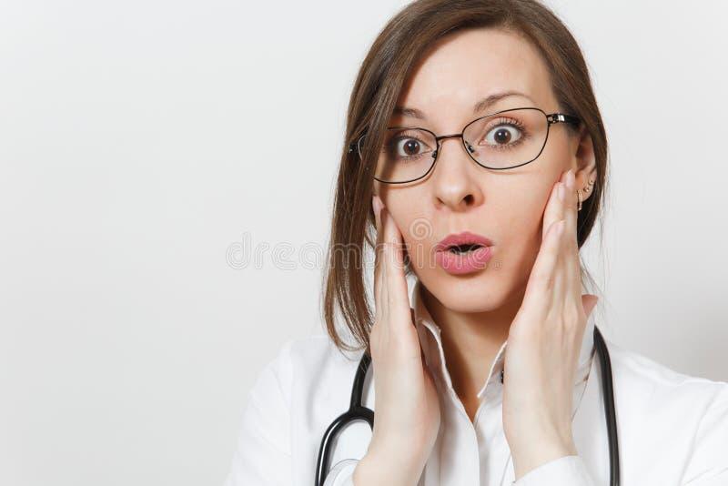 Fim acima do surpreendido chocado mulher surpreendida, surpreendida, nova do doutor com estetoscópio, vidros isolados no fundo br fotografia de stock
