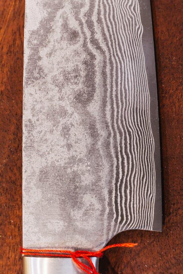 Fim acima do teste padrão de onda de aço inoxidável da lâmina da faca do cozinheiro japonês, textura da faca de cozinha do estilo fotos de stock royalty free