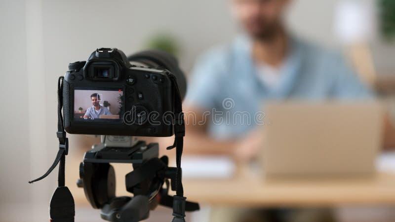 Fim acima do vídeo bem sucedido da gravação do homem, usando a câmara digital imagem de stock
