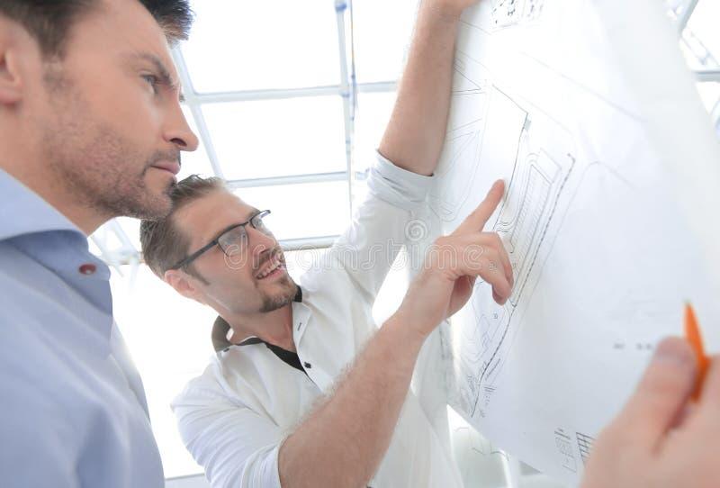 Fim acima dois arquitetos que estão perto da tela virtual fotos de stock