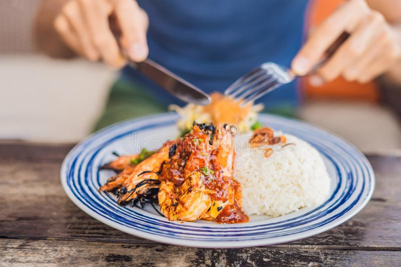 Fim acima dos camarões grelhados ou dos camarões grelhados frescos, cozinhando o marisco com arroz Cozinha de Bali fotografia de stock