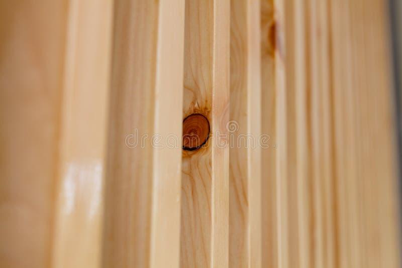 Fim acima dos grandes sarrafos de madeira marrons fotos de stock