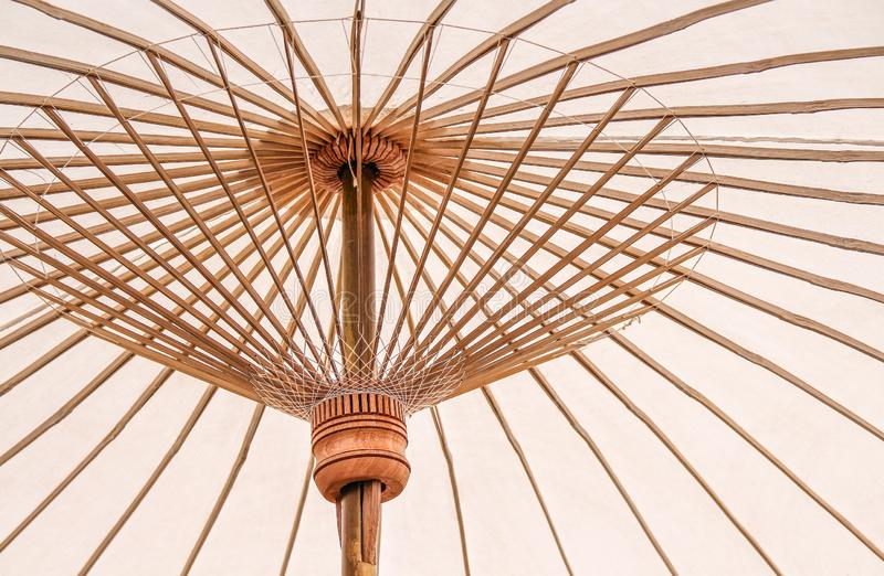 Fim acima dos guarda-chuvas brancos coloridos com testes padrões de bambu da estrutura para o fundo imagens de stock royalty free