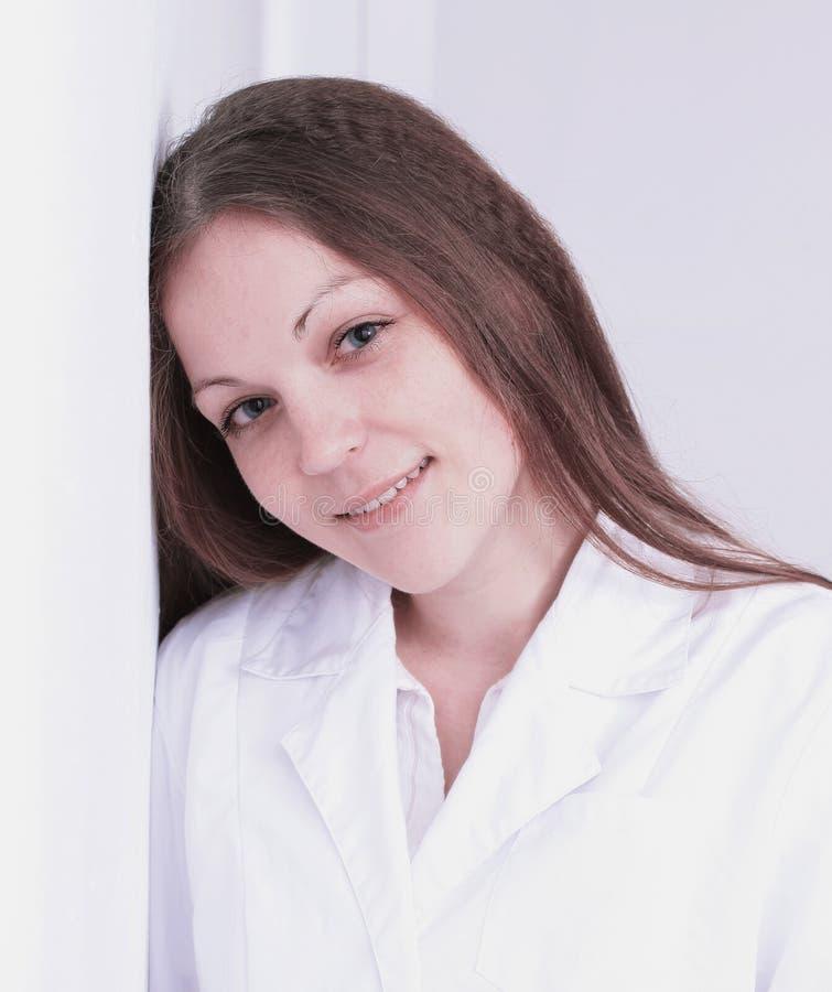 Fim acima doutor bonito da jovem mulher que inclina-se na parede fotografia de stock