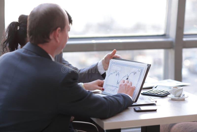 Fim acima equipe do negócio que discute o lucro financeiro da empresa imagens de stock