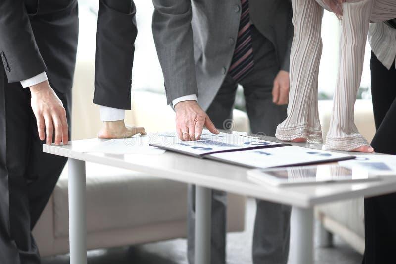 Fim acima equipe do negócio que discute o lucro financeiro da empresa fotografia de stock royalty free