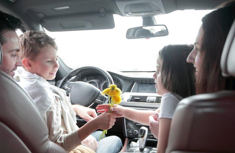 Fim acima família feliz que viaja em um carro imagens de stock