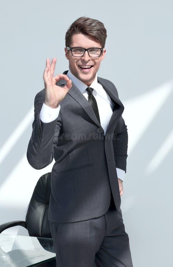 Fim acima gesto de sorriso da APROVAÇÃO da exibição do homem de negócios foto de stock royalty free