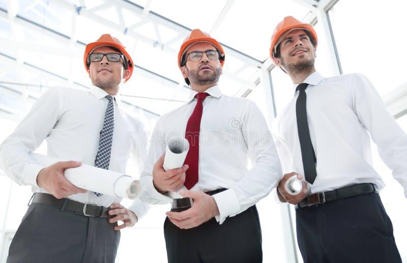 Fim acima grupo de construtores dos arquitetos fotografia de stock royalty free
