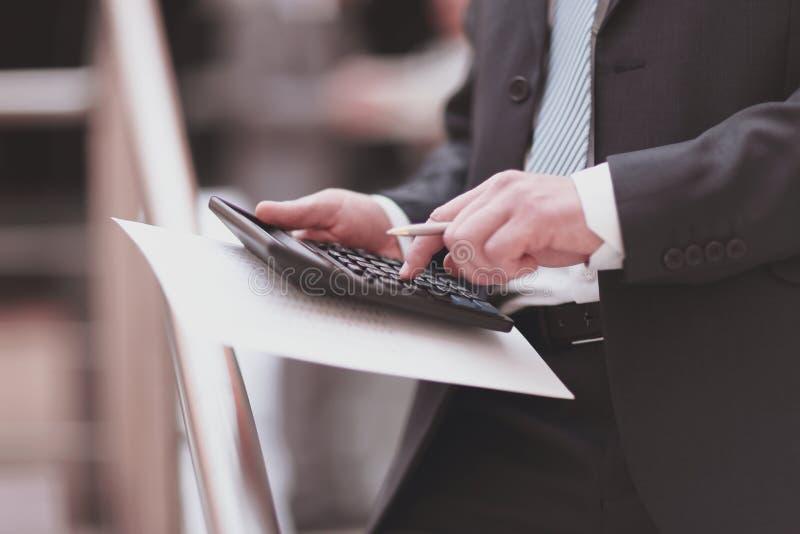 Fim acima Homem de negócios que usa a calculadora no escritório contabilidade imagem de stock royalty free
