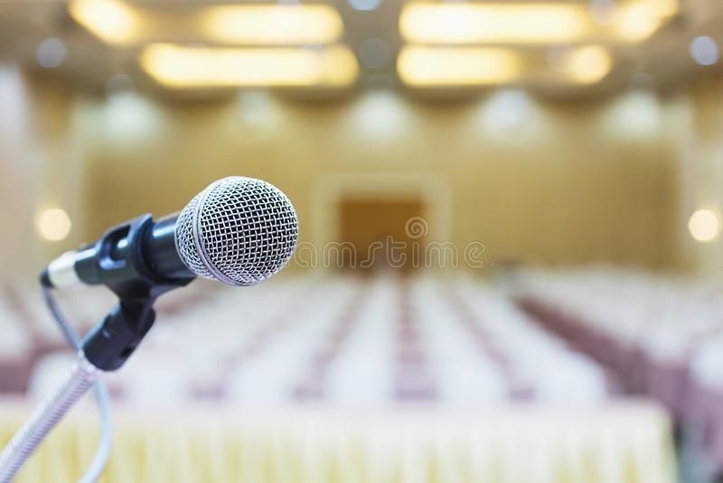 Fim acima Microfone na sala de conferências imagem de stock royalty free