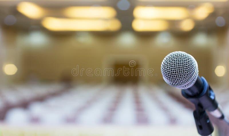 Fim acima Microfone na sala de conferências Microfone sobre o Abs imagem de stock