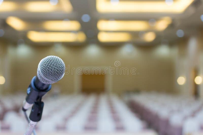 Fim acima Microfone na sala de conferências Microfone sobre o Abs imagem de stock royalty free