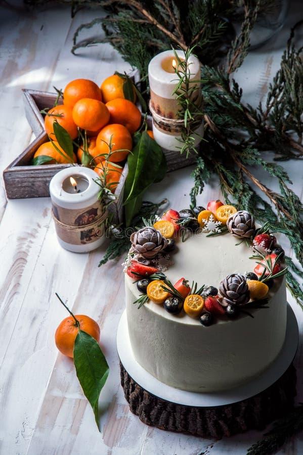Fim acima O bolo de ano novo, mirtilos decorados, morangos, kumquat fotos de stock royalty free
