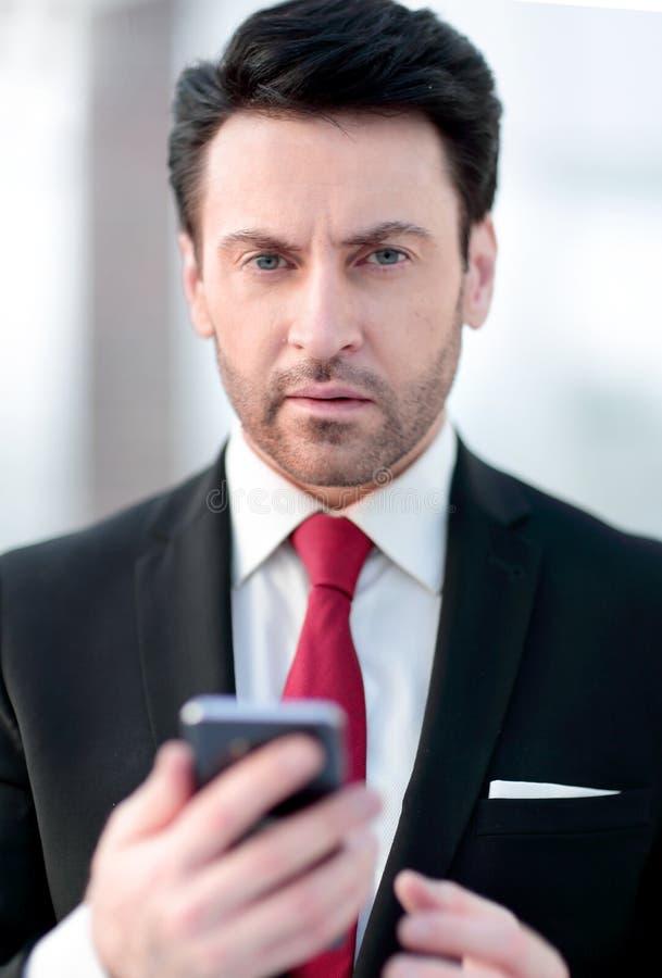 Fim acima o homem de negócios está datilografando SMS imagens de stock