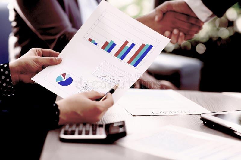 Fim acima o homem de negócios verifica o lucro financeiro do novo contrato imagens de stock royalty free