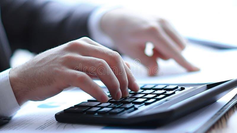 Fim acima o homem de neg?cios pode usar a calculadora para calcular o lucro imagens de stock royalty free