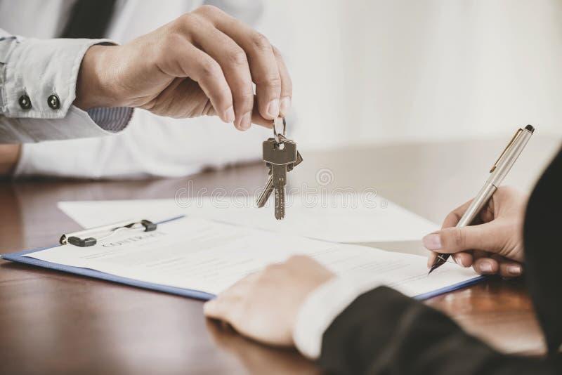 Fim acima O inquilino assina o contrato com corretor de imóveis imagem de stock
