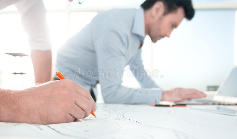 Fim acima os arquitetos fazem esboços para um projeto novo foto de stock
