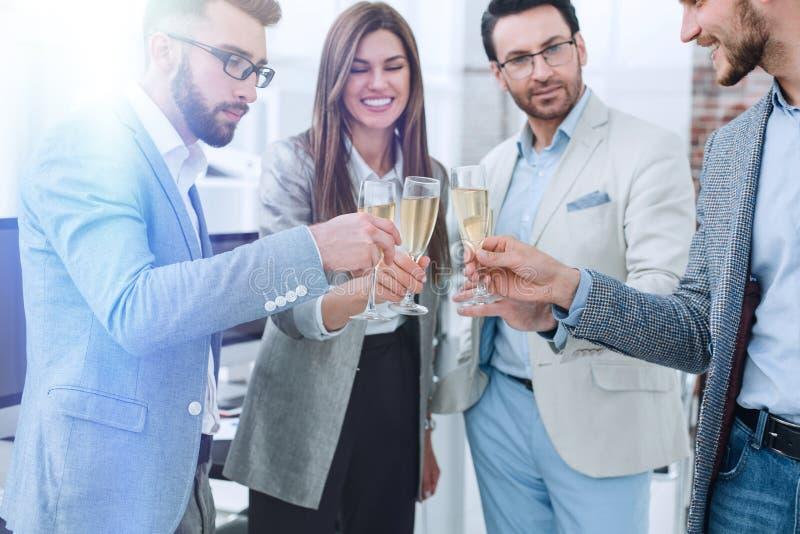Fim acima os vidros do champanhe nas mãos do negócio team fotografia de stock royalty free