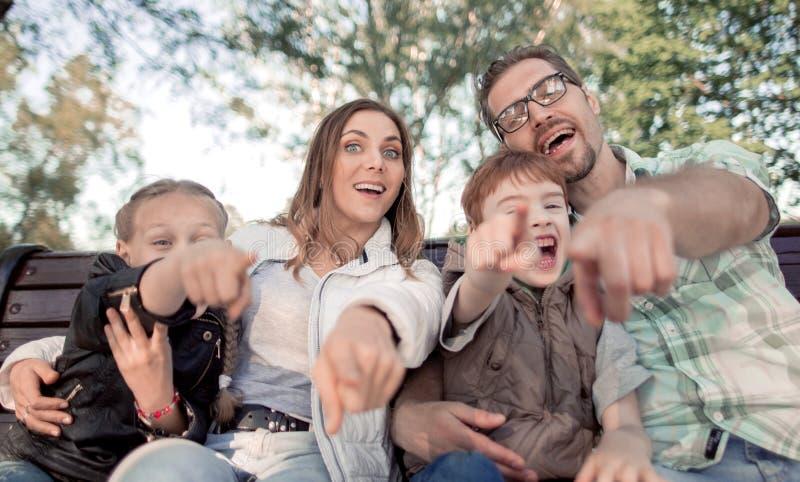 Fim acima pais com as duas crianças que apontam em você foto de stock