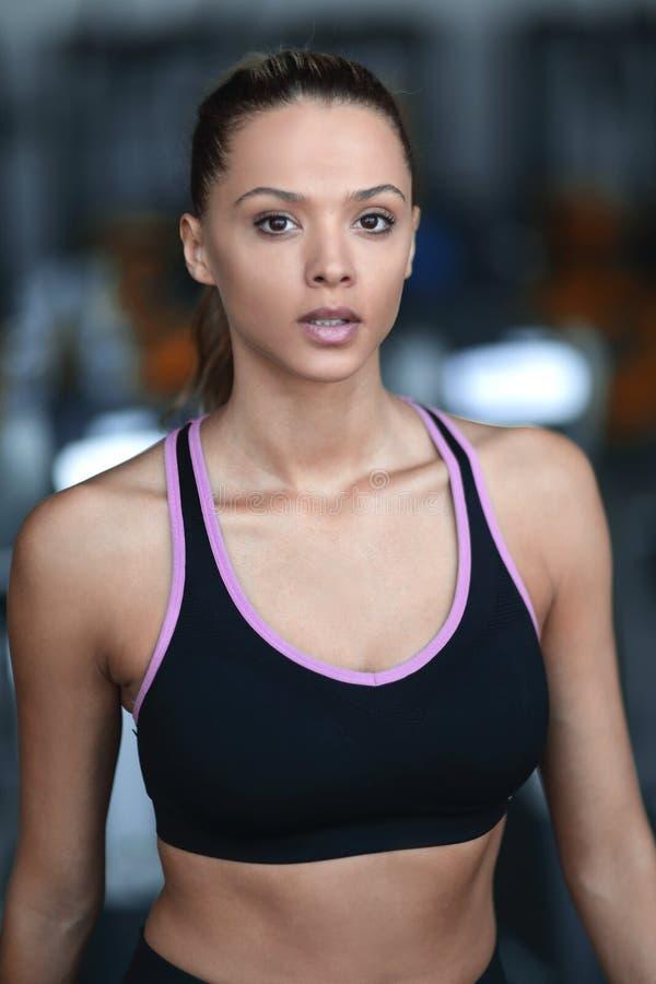 Fim acima retrato de uma jovem mulher segura no gym imagem de stock royalty free