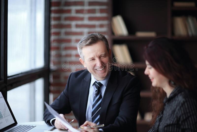 Fim acima sócios comerciais que discutem o lucro financeiro O conceito da parceria fotos de stock