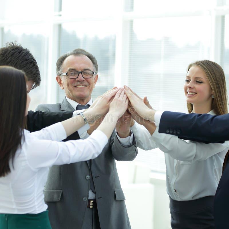 Fim acima togethe de junta das mãos do chefe e da equipe do negócio fotografia de stock royalty free