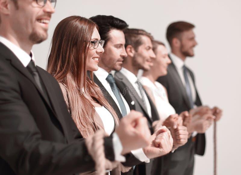 Fim acima um grupo de executivos bem sucedidos amarrados com uma corda fotos de stock royalty free