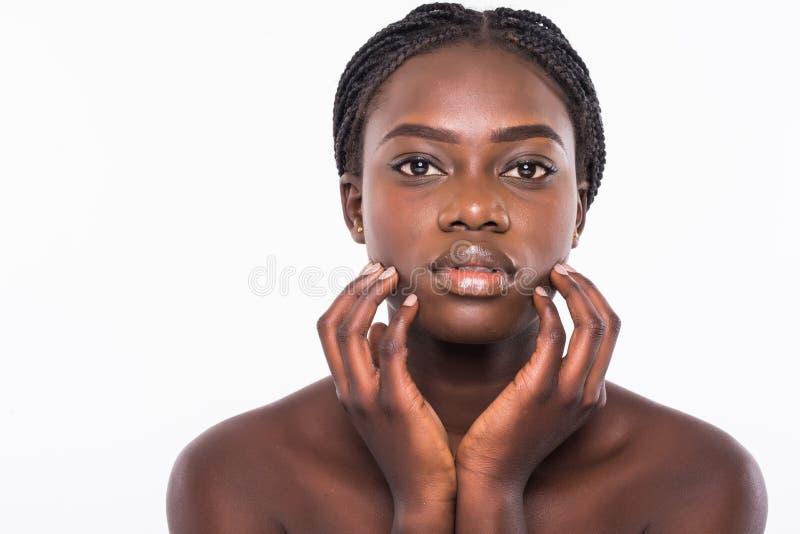 Fim africano bonito da cara da mulher acima do estúdio do retrato no fundo branco fotografia de stock royalty free