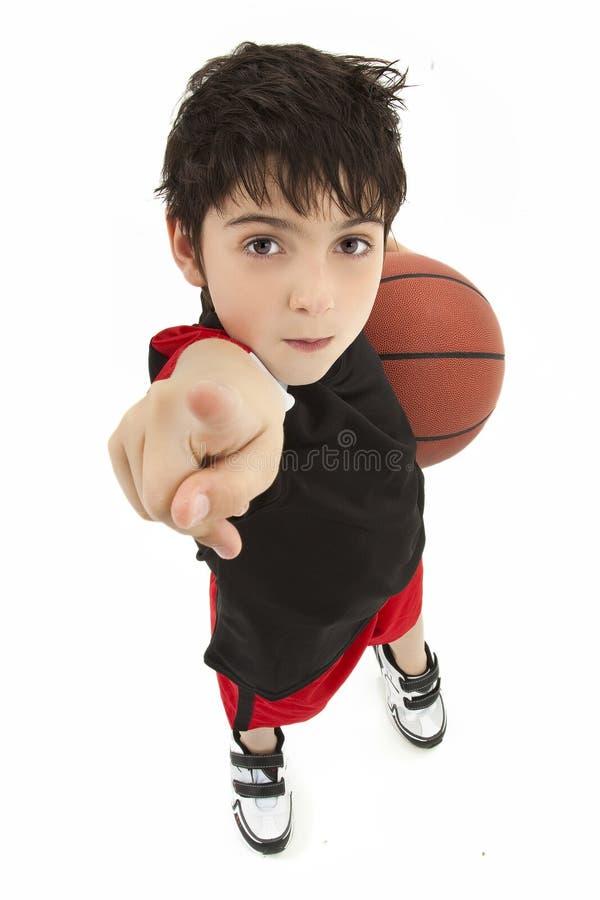 Fim agressivo do jogador de basquetebol da criança do menino acima fotografia de stock royalty free