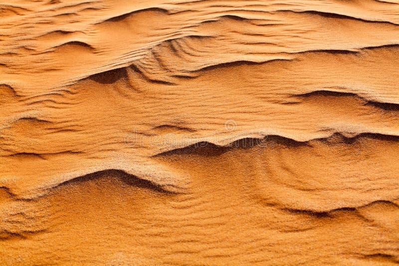 Fim alaranjado da opinião superior de dunas de areia do deserto acima, ornamento amarelo da textura da areia, fundo dos barchans  fotografia de stock