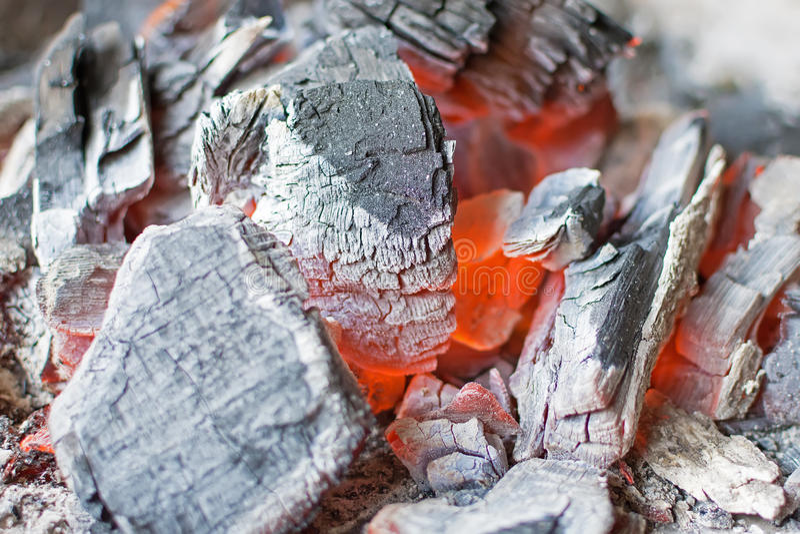 Fim ardente do carvão vegetal acima Carvões amassados de incandescência do carvão vegetal quente imagem de stock