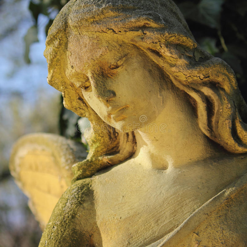 Fim bonito acima do af uma escultura da pedra do anjo da cara com um doce fotografia de stock royalty free