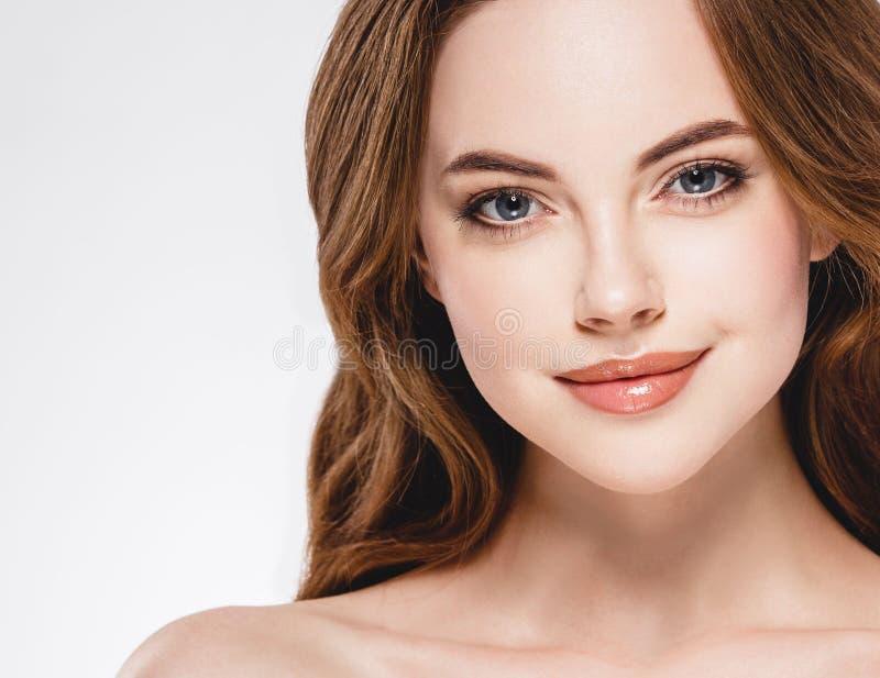 Fim bonito da cara da mulher acima do estúdio do retrato no branco foto de stock royalty free