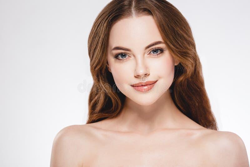 Fim bonito da cara da mulher acima do estúdio do retrato no branco imagem de stock royalty free
