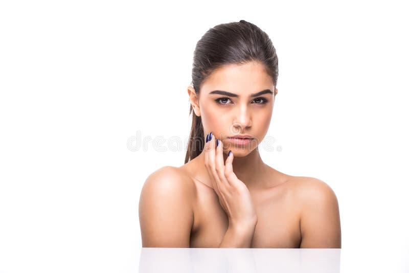 Fim bonito da cara da mulher acima do estúdio no branco Fêmea do modelo dos termas da beleza, close up perfeito fresco limpo da p imagens de stock