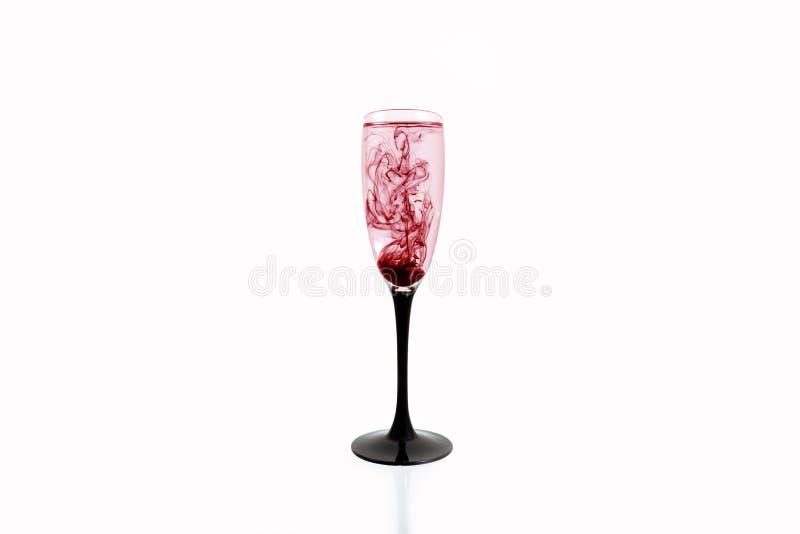 Fim branco do fundo do vinho preto vermelho de vidro acima do roxo da raia do fumo da pintura do fougere imagem de stock