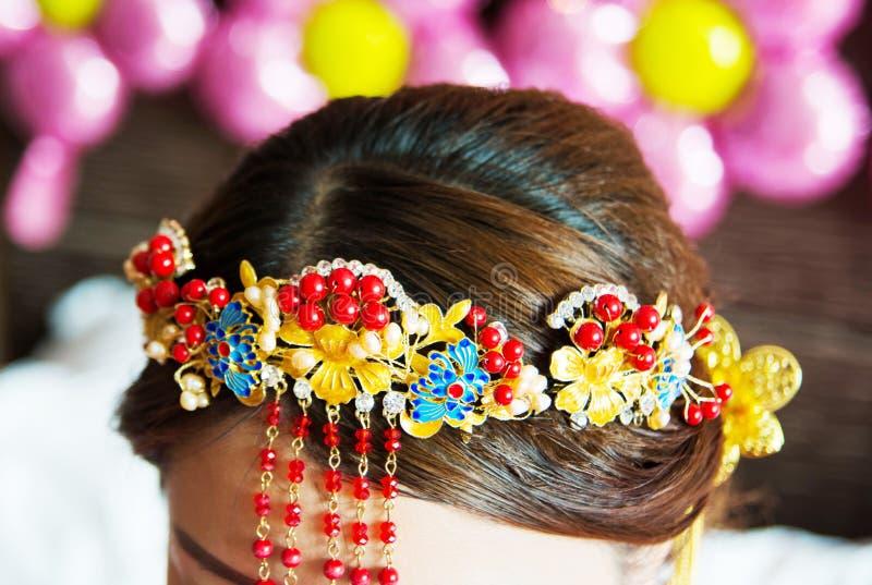 Fim chinês do penteado da noiva acima imagens de stock
