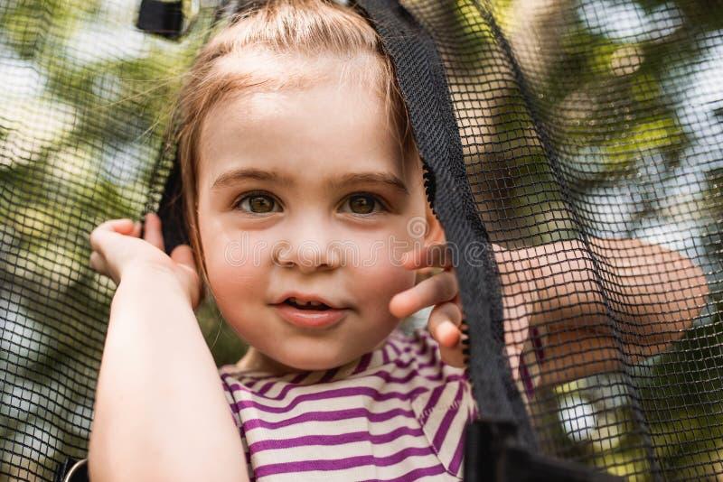 Fim curioso da criança acima de uma cara fotos de stock