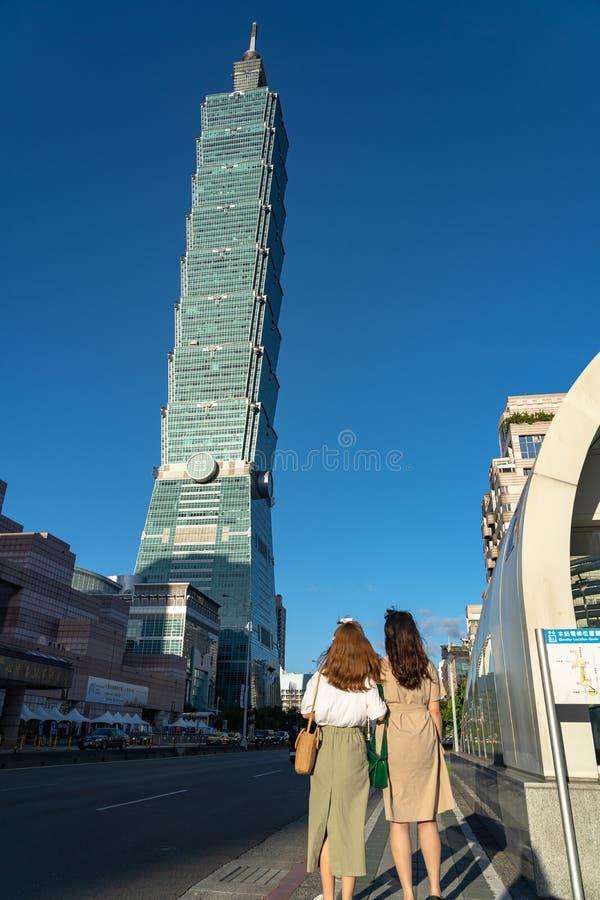 Fim da construção do arranha-céus de Taipei 101 acima da vista sobre escuro - céu azul imagem de stock royalty free