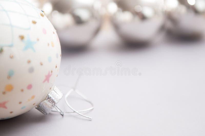 Fim da decoração do Natal acima com fundo branco borrado imagem de stock royalty free