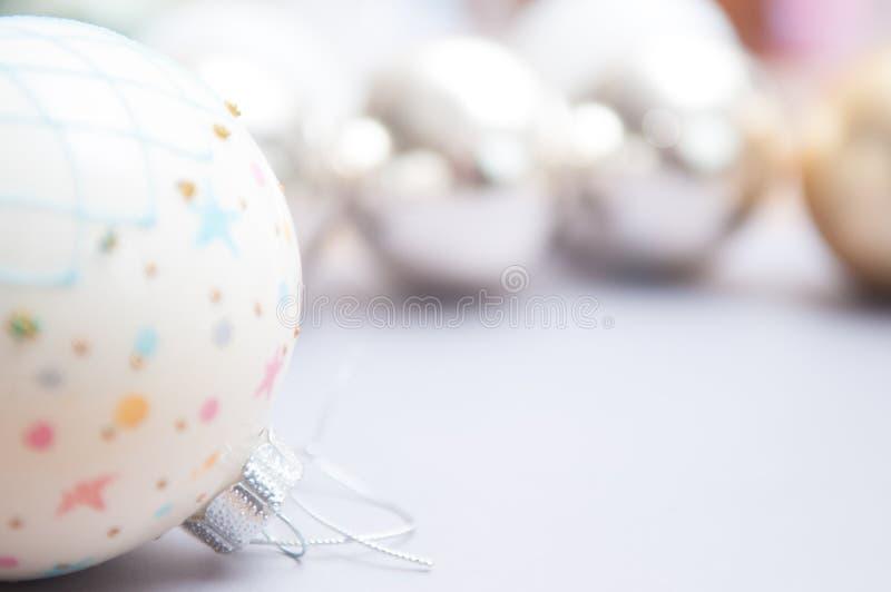 Fim da decoração do Natal acima com fundo branco borrado fotografia de stock royalty free