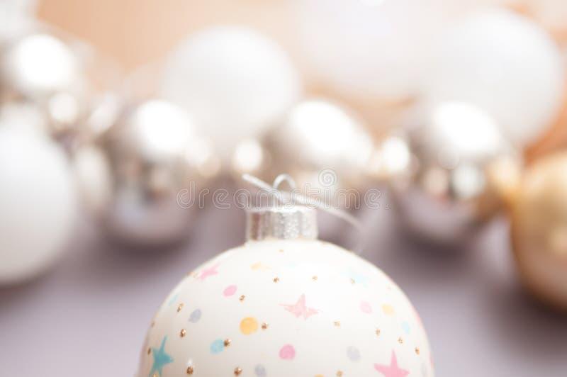 Fim da decoração do Natal acima com fundo branco borrado imagens de stock