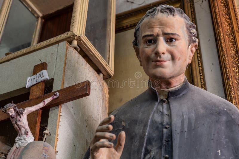 Fim da estátua da bênção do padre acima ilustração royalty free