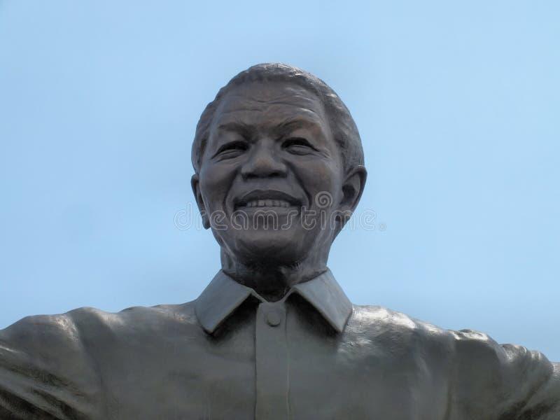 Fim da estátua de Mandela acima fotografia de stock royalty free