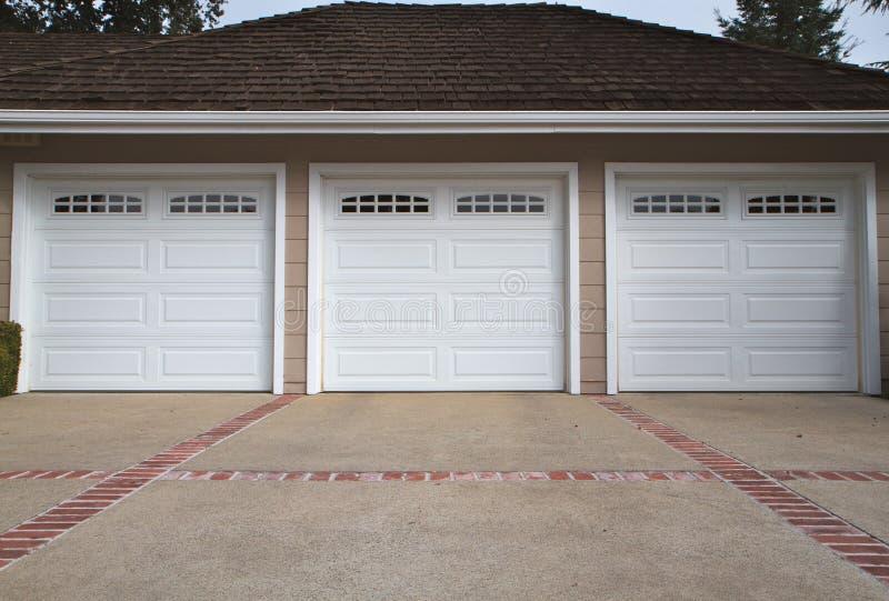 Fim da garagem de três carros fotografia de stock