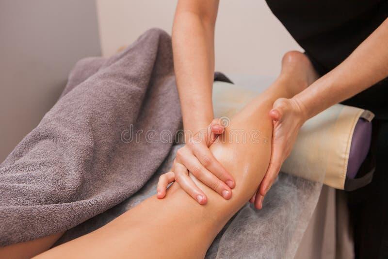 Fim da jovem mulher da massagem de Anticellulite acima fotografia de stock