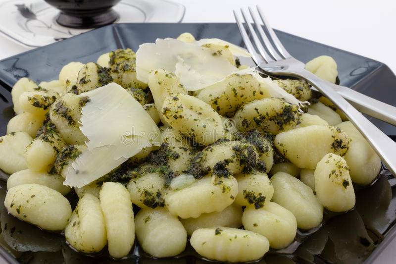 Fim da massa do Gnocchi acima com queijo parmesão e pesto imagens de stock